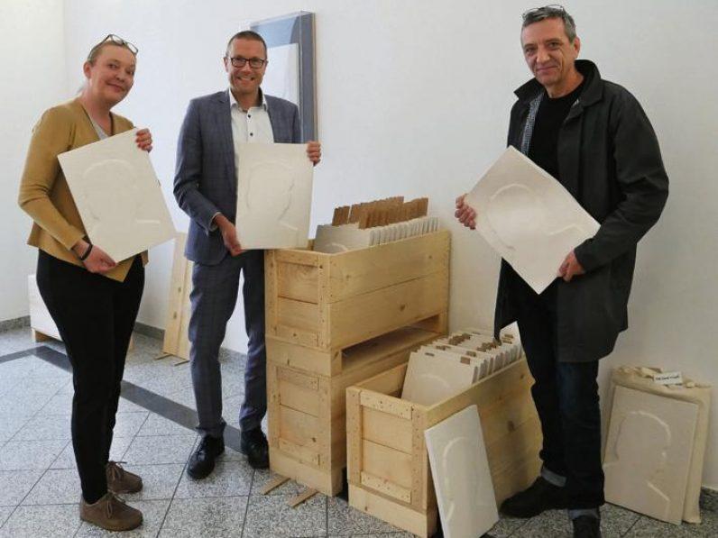 Tine Lowisch, Prof. Dr. Uwe Schneidewind und Eckehard Lowisch halten Gips-Repliken der Jahresgabe 2019 in der Hand.