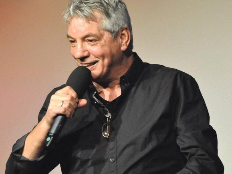 Der Kabarettist Jürgen H. Scheugenpflug spricht in ein Mikrofon.