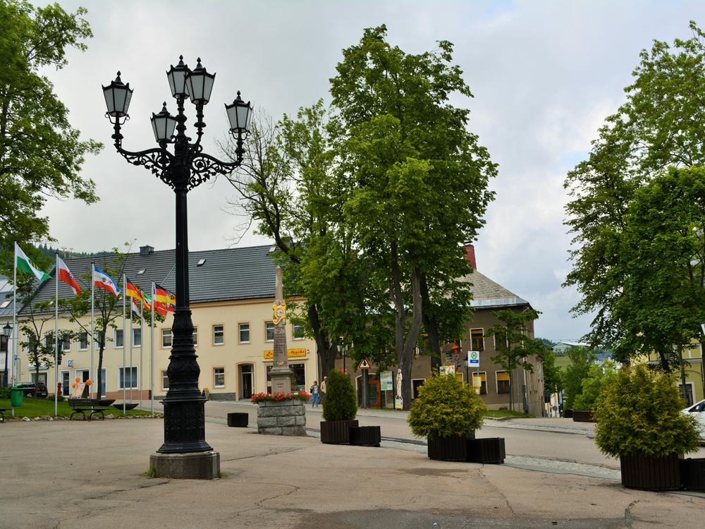 Denkmalgeschützter Kandelaber aus Gusseisen auf dem Marktplatz von Oberwiesenthal