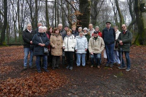 Die Wandertruppe posiert in der Mitte eines Wanderweges.