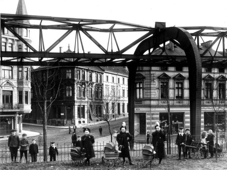 Historische Aufnahme: Schwebebahn um 1900 in Höhe der Stütze 8, am Kaiserplatz / Stationsgarten in Vohwinkel