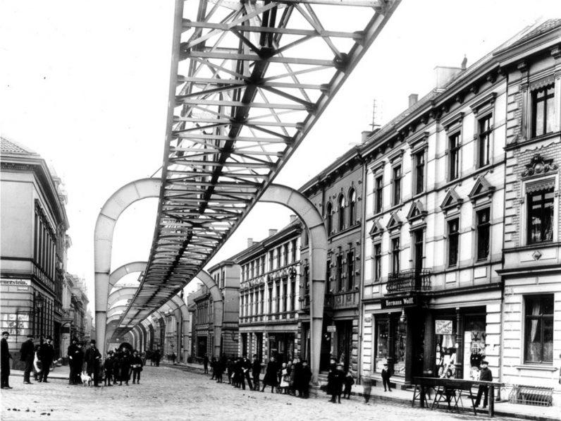 Historische Aufnahme: Schwebebahn um 1900 in Höhe der Stütze 10, Blick vom Kaiserplatz in die Kaiserstraße in Vohwinkel