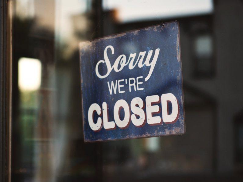 """Schild in einer Ladentür auf der in Englisch steht: """"Geschlossen"""""""