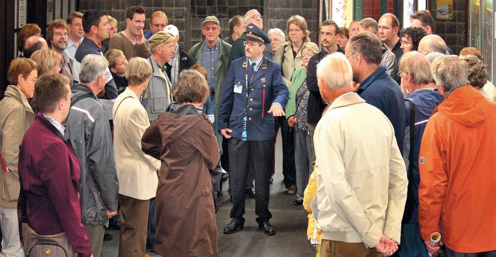 Michael Kühle leitet eine Führung im Bahnhof Vohwinkel