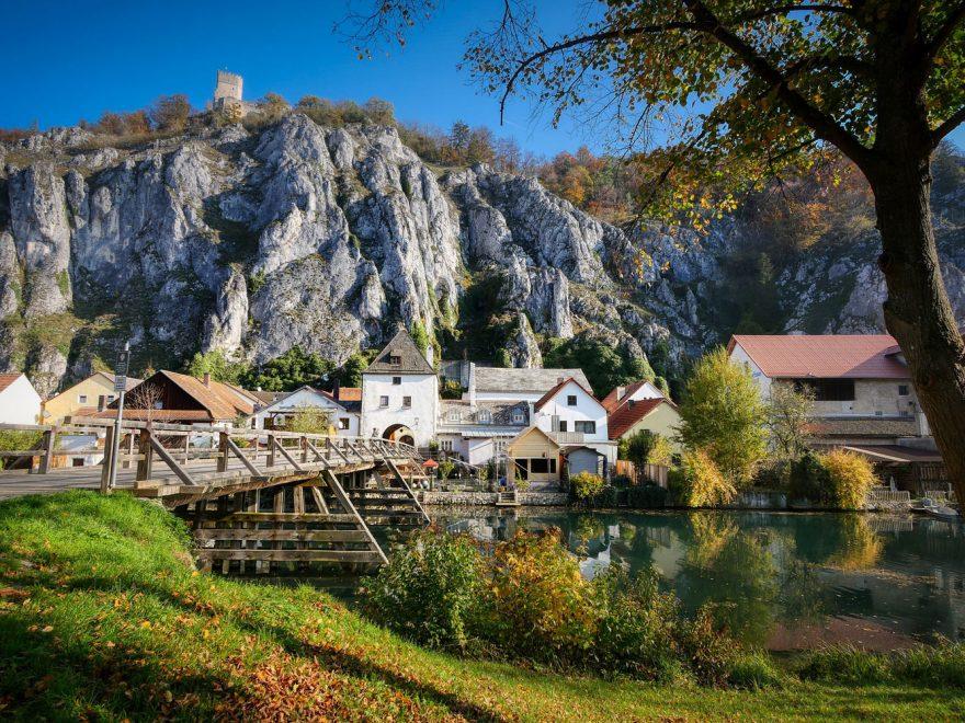 Ansicht des Dorfes Essing in Niederbayern, das am Fluss Altmühl liegt.