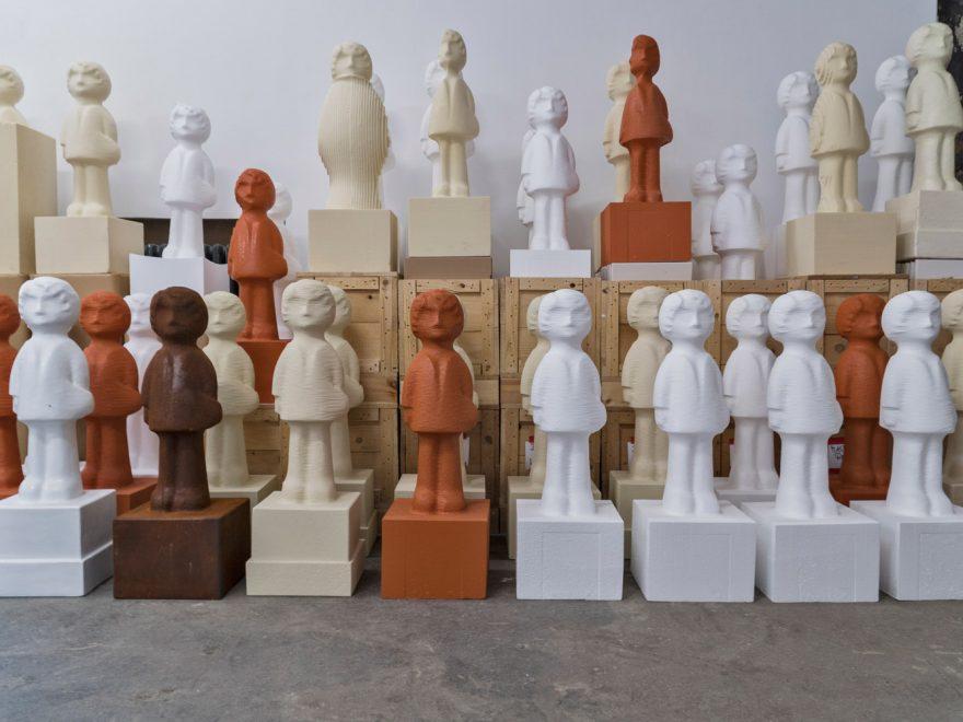 Skulpturen des jungen Engels in der Kunststation