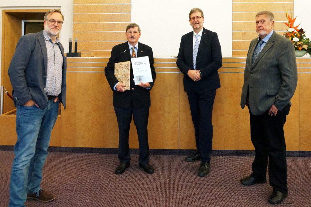 Die Vorstandsmitglieder und Michael Kühle posieren mit der Auszeichnung.