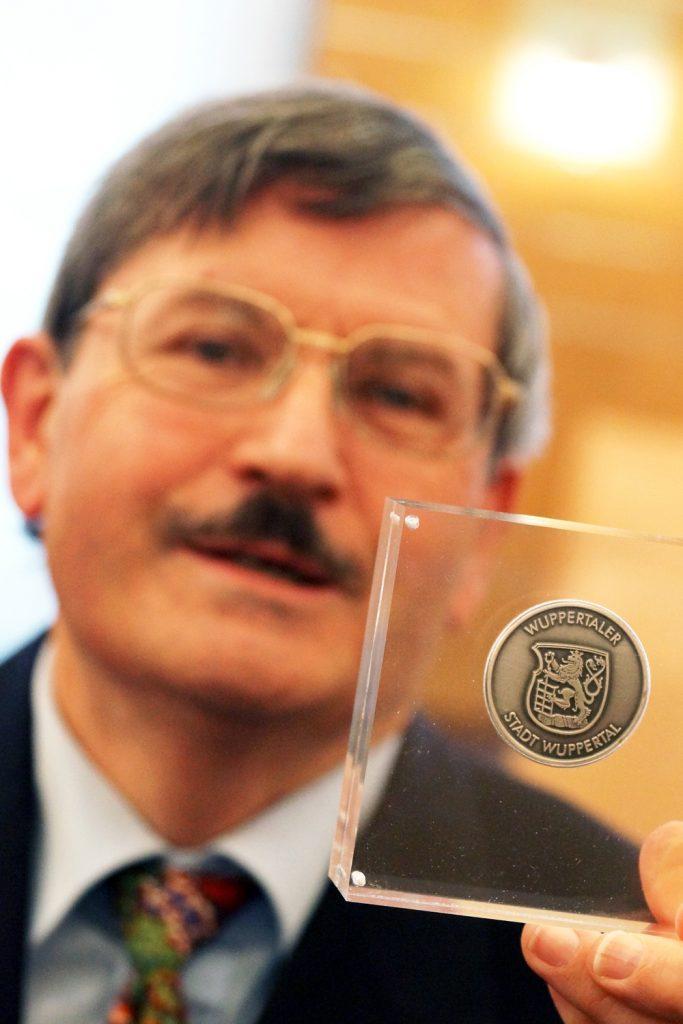 Michael Kühle posiert mit seiner Auszeichnung.