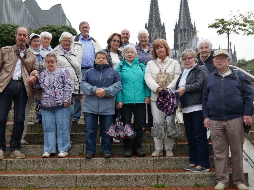 Die Teilnehmer der Tagestour stehen für ein Gruppenbild auf einer Treppe und schauen in die Kamera.